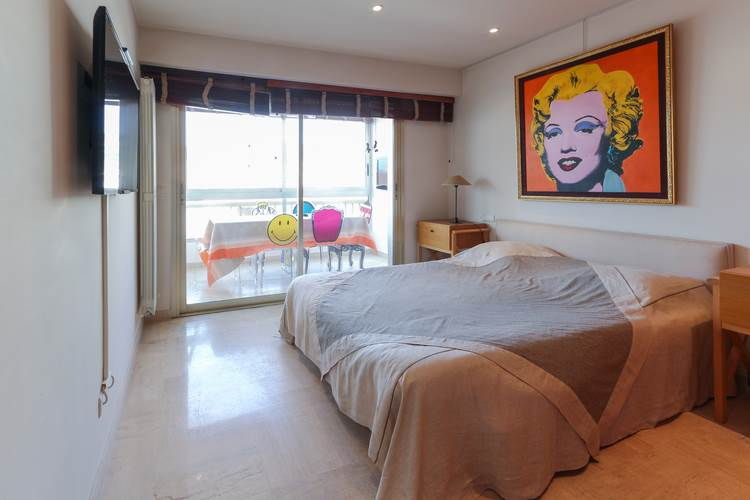 bedroom in Cannes